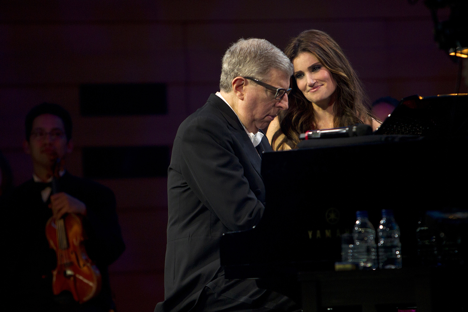Photo of Idina Menzel and Marvin Hamlisch at a piano