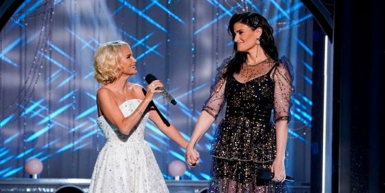 Photo of Kristin Chenoweth and Idina Menzel singing
